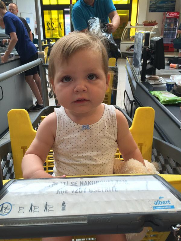 Nadšená Lilka ve vozíku. Ale fakt už chodí!