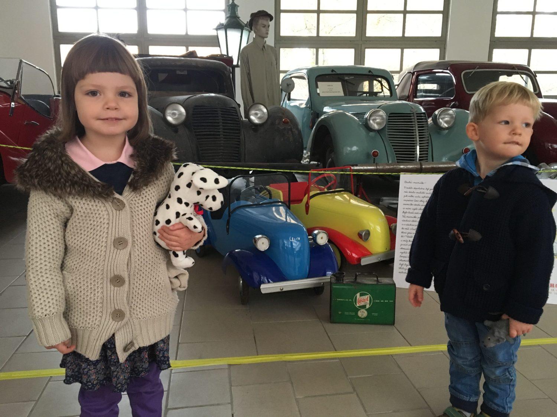 Tati, mami, kde jste. To jsou hezká autíčka, ty tuze moc chceme k Vánocům!