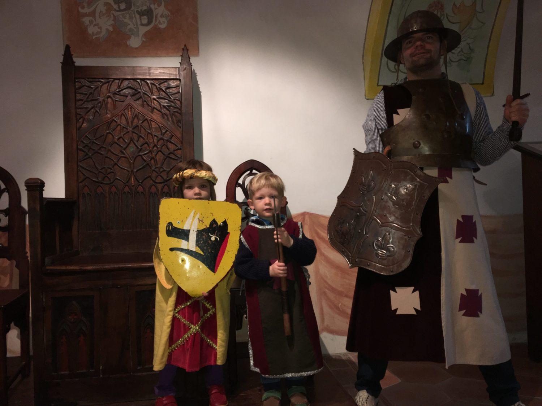 Princezna Lily z řádu padlého prasete, rytíř Vincento s kouzelnou sekerou a zasloužilý bojovník za přežití rodu Vráňat